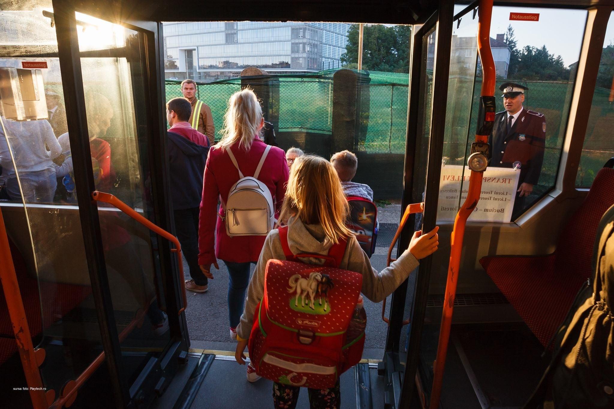 Gratuitate pentru elevi şi la transportul public judeţean, nu doar la cel local