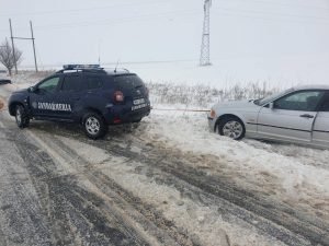 Jandarmii salveaza o femeie insarcinata ramasa inzapezita