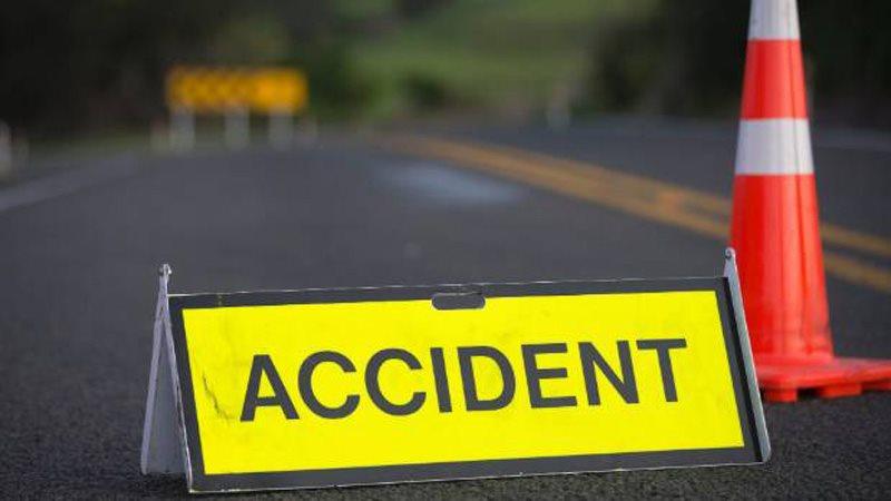 Un tânăr șofer tulcean a intrat cu mașina într-un stâlp de electricitate