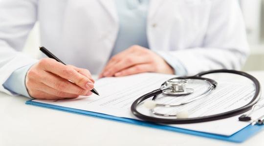 Sancţiuni mai mici pentru medicii de familie care nu îşi monitorizează pacienţii COVID-19 asimptomatici sau cu forme uşoare