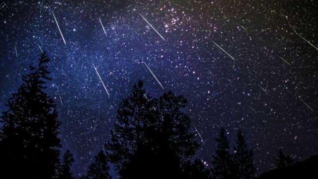 La noapte, plouă cu stele căzătoare