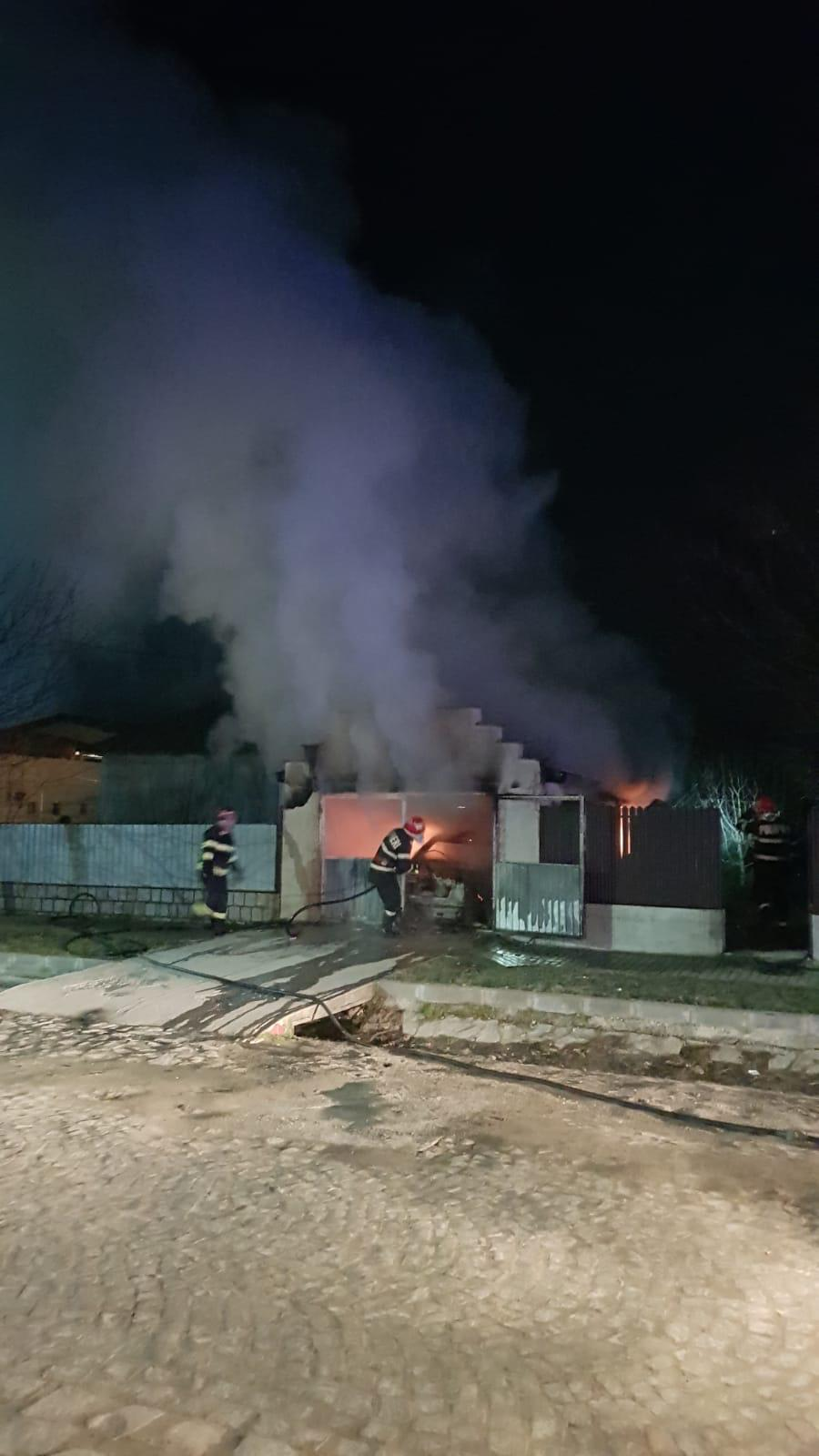 O mașină a luat foc în această noapte, în Greci – proprietarul este la spital