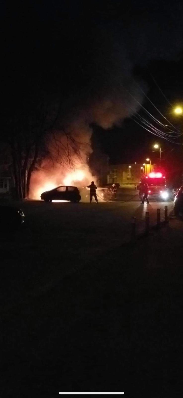 Mașină incendiată azi noapte, alte două autoturisme au fost afectate