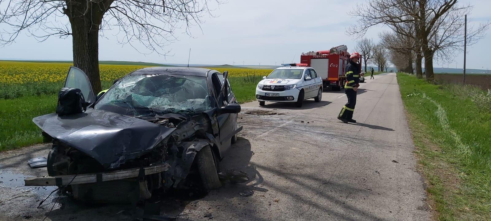O femeie a ajuns la spital după ce a intrat cu mașina în copac
