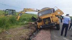 Un bărbat a murit după ce s-a răsturnat o mașină de mare tonaj peste el