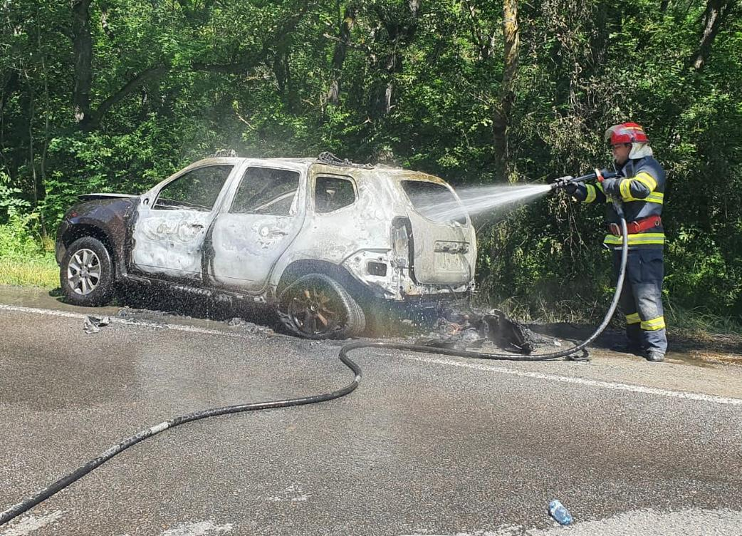 Mașină în flăcări stinsă de pompieri în 20 de minute