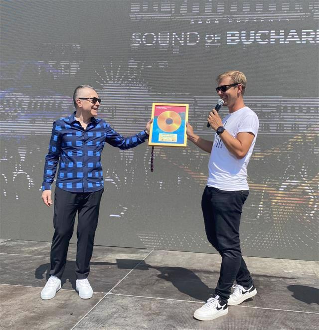 Armin van Buuren primeste Discul de Aur pentru piesa Need You Now, in colaborare cu Jake Reese