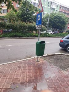 Zeci de coșuri de gunoi montate în municipiu!