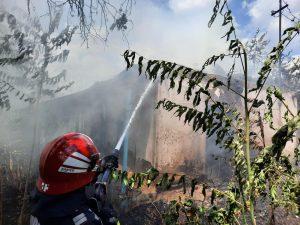 Casă incendiată de foc necontrolat, la Plopu!