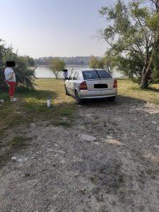 Prins că-și spăla mașina pe malul lacului Ciuperca!