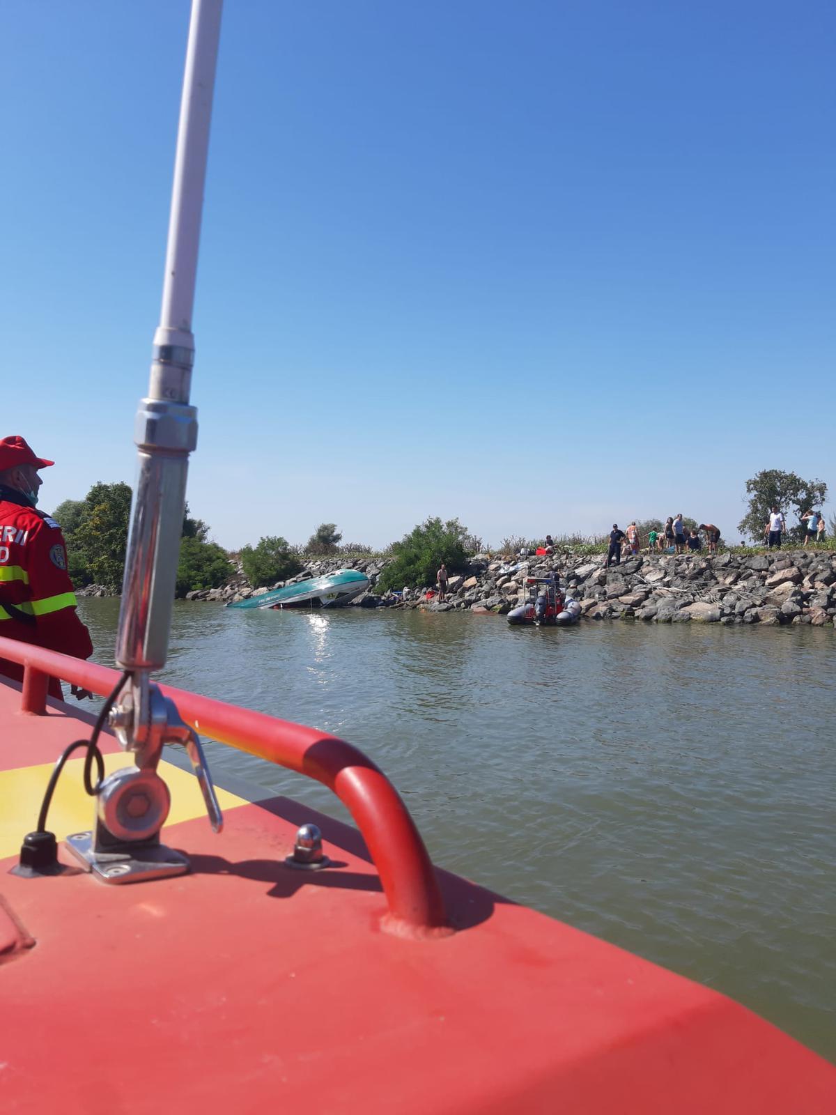 O șalupă cu 18 turiști s-a răsturnat pe brațul Sulina! Turiștii s-au autosalvat!