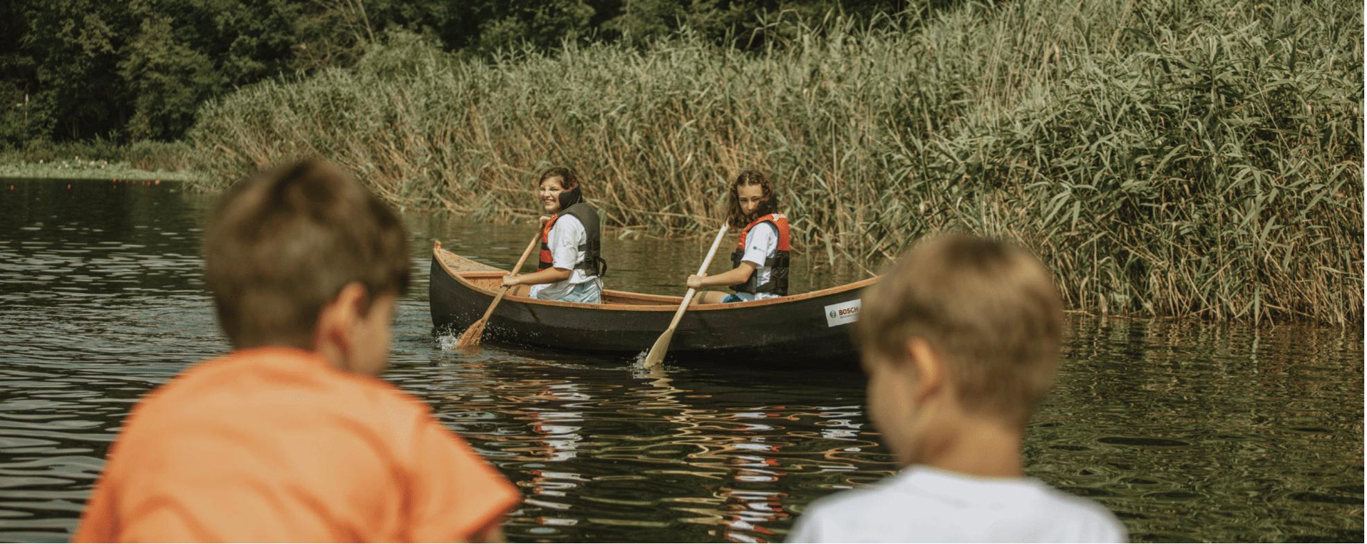 Canotcă realizată de copiii din Chilia Veche, lansată pe Dunăre