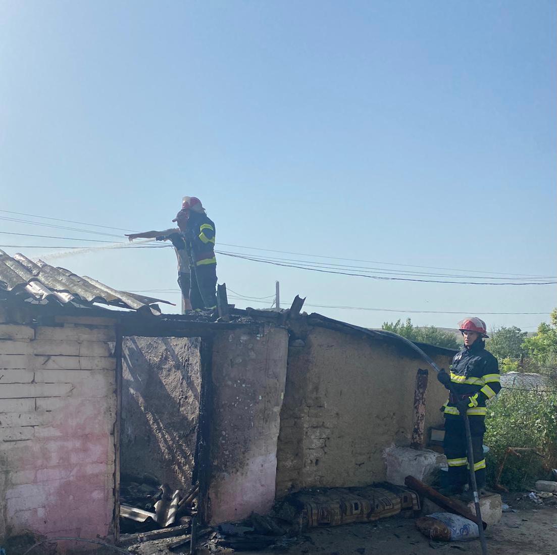 Tânăr reținut, după ce și-a incendiat casa părintească