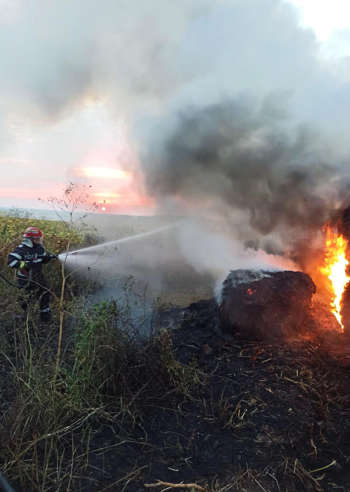 Trafic blocat aseară pe DN22D, după ce o remorcă a luat foc