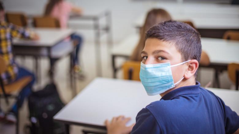 Elevii vor fi obligați să poarte la ore doar măști de uz medical