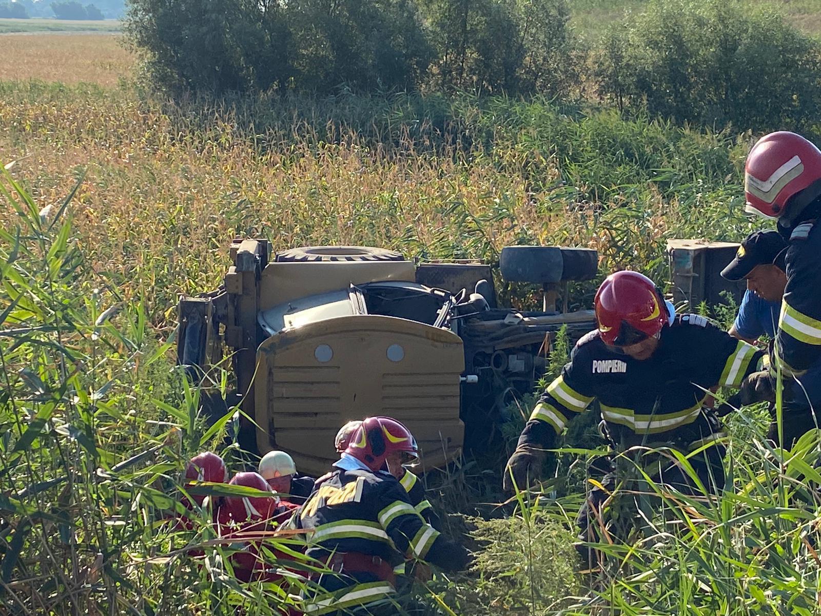 Excavator răsturnat la Nufăru, doi bărbați blocați în cabină