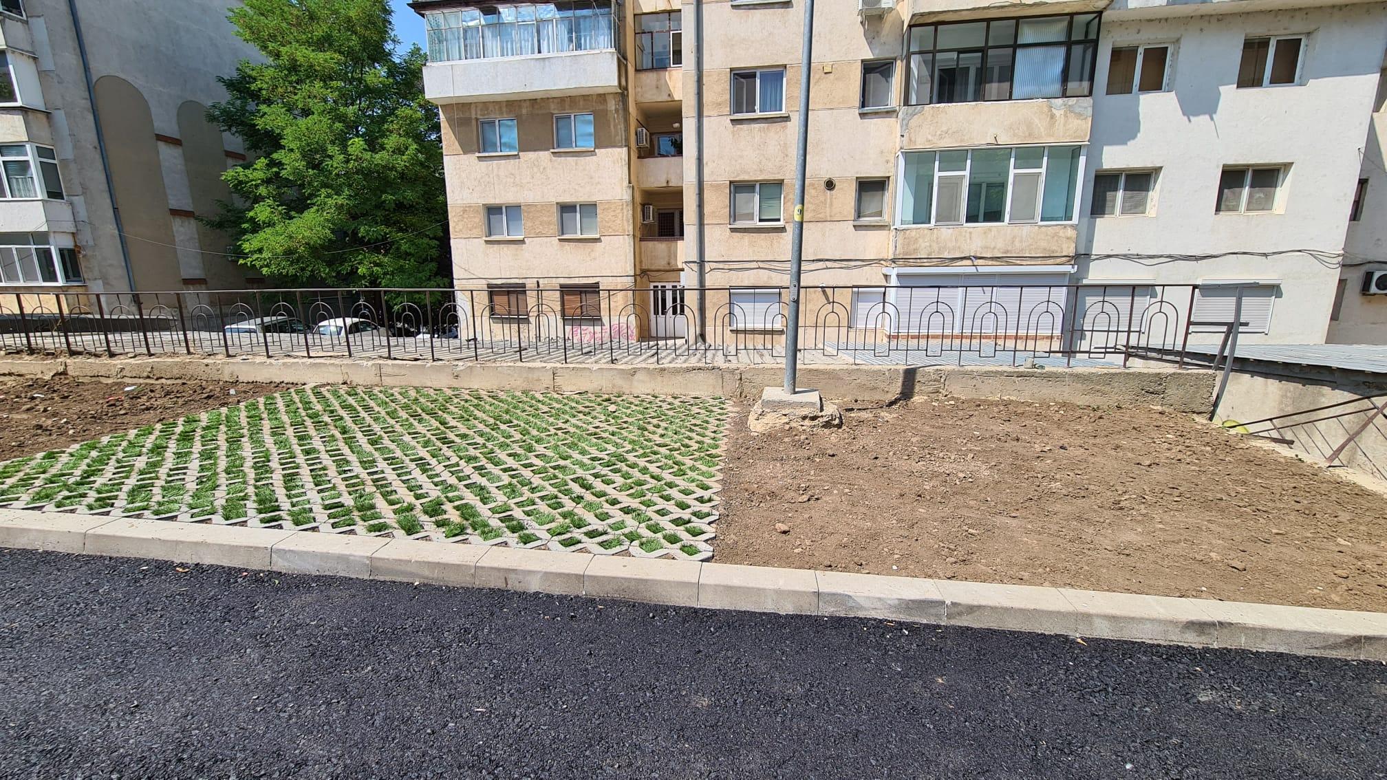 Parcări înierbate pe strada Mărășești, în locul garajelor demolate