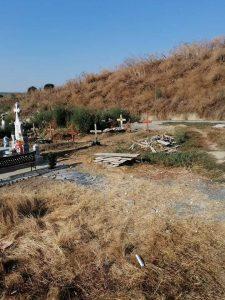 Deșeuri din construcții aruncate peste mai multe morminte din Cimitirul Lipovenesc