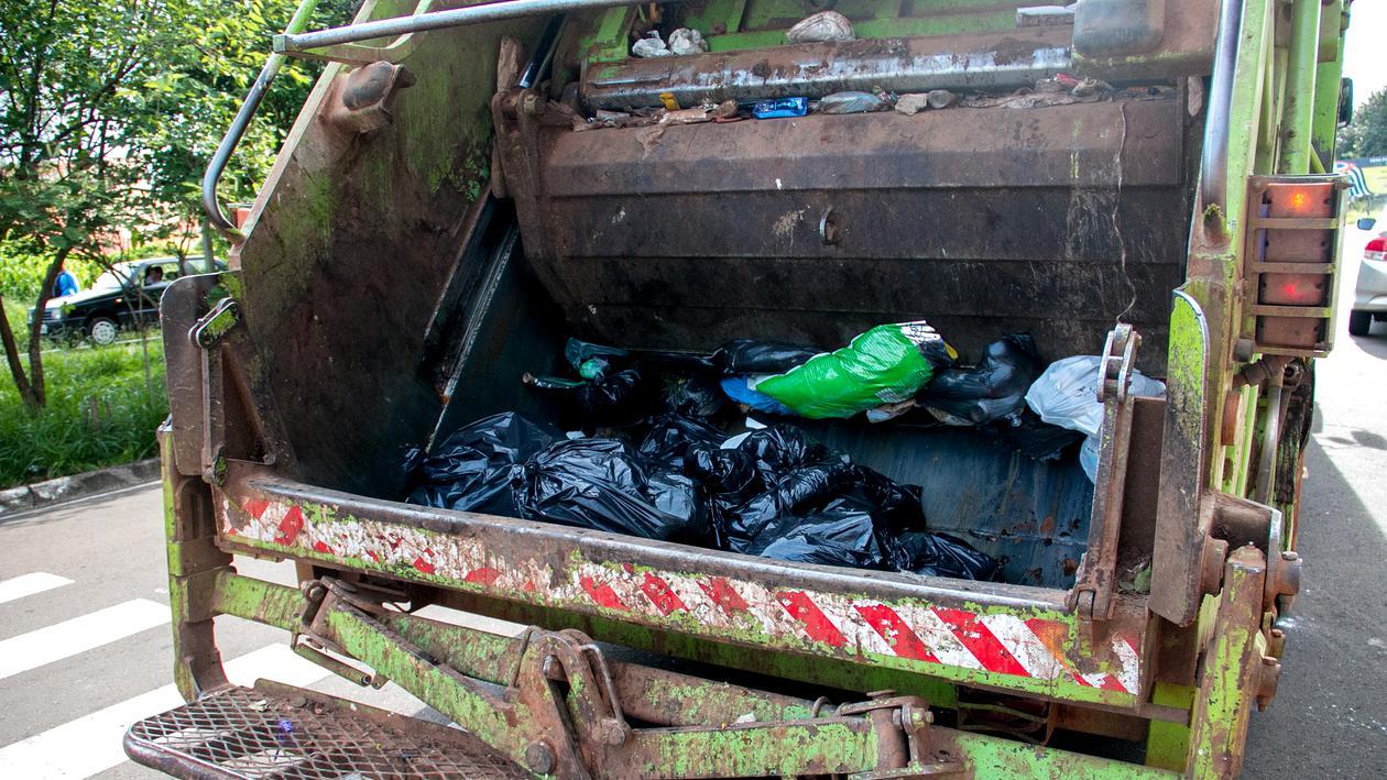 30 de primării din județ somate să-și plătească factura de gunoi