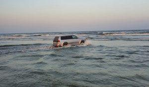 Șofer din Tulcea cu maşina în mare, pe plaja Sulina
