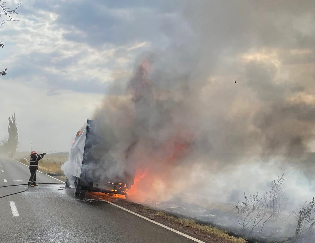 Autoutilitară în flăcări pe DN22, șoferul s-a autoevacuat