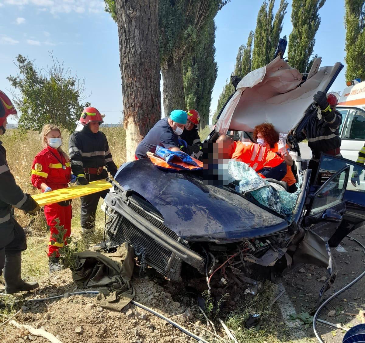 Soț și soție în stare critică, după ce au intrat cu mașina într-un copac în apropiere de localitatea Greci! A intervenit și elicopterul Smurd!
