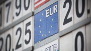 Euro doboară un nou record!