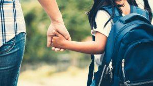 Prefectul va însoți, în prima zi de școală, un copil abandonat