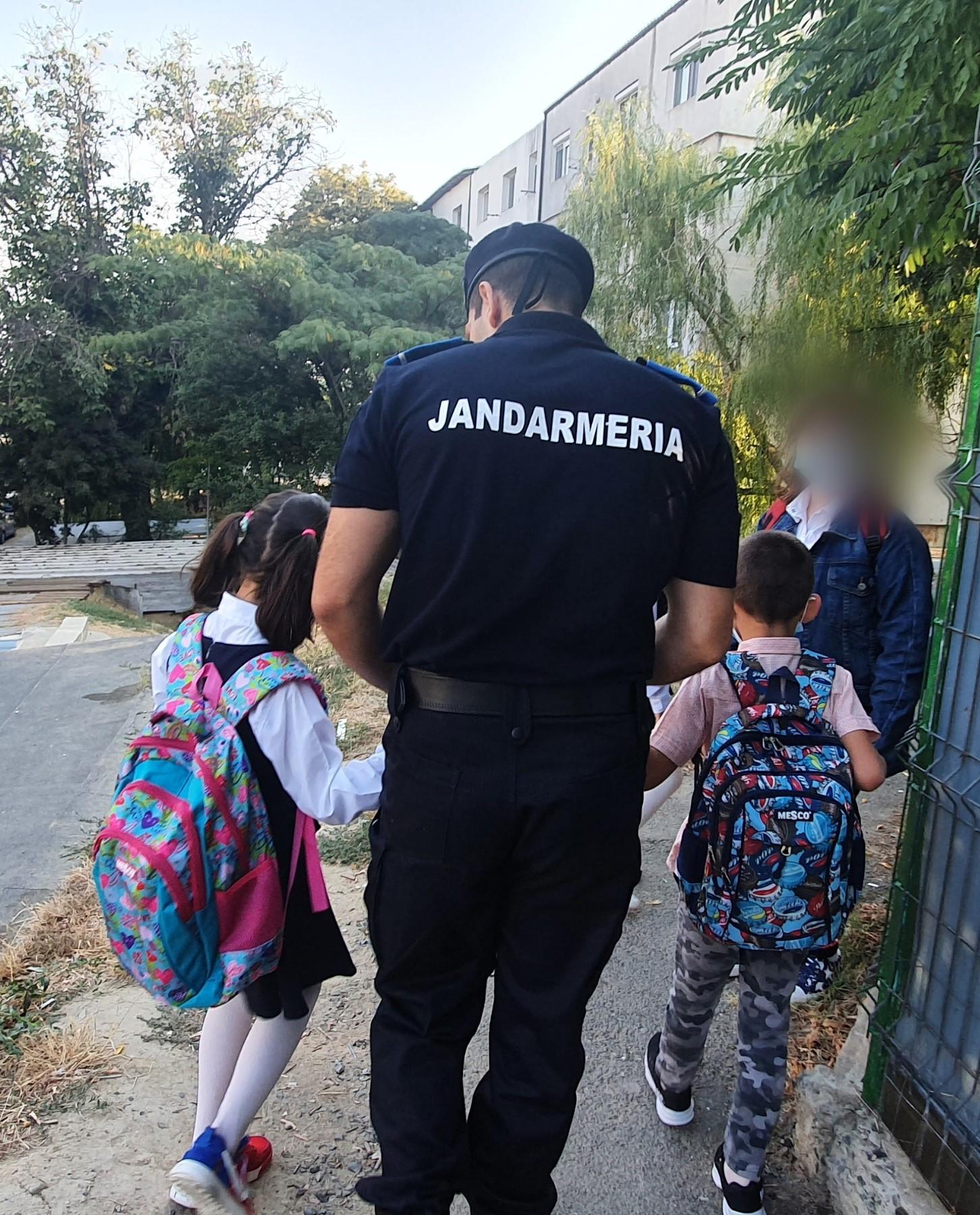 În Tulcea, doi copii fără părinți au fost însoțiți, în prima zi de școală, de jandarmi