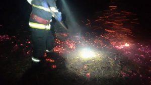 Zeci de hectare de miriște de porumb incendiate, aseară, în Smârdan