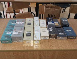 Tulceni prinși că vindeau parfumuri contrafăcute în parcarea unui supermarket