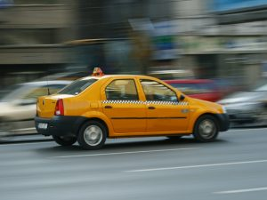Taxiuri albe, ținută decentă, mașini nu mai vechi de 5 ani – prevede noul regulament al taximetriștilor din municipiu, pus în dezbatere publică de Primărie