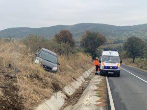 O șoferiță din Niculițel a sărit cu mașina peste șantul de pe DN22A