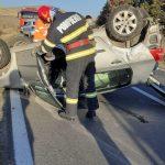 Mașină răsturnată pe șosea, după ce s-a lovit cu o autoutilitară, în apropiere de Cerna
