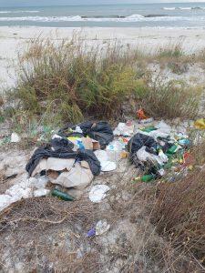 În urma turiștilor, plaja Vadu – plină de gunoaie – a fost ecologizată de ARBDD și mai mulți voluntari
