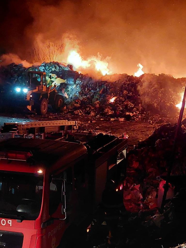 Incendiu de mai bine de 10 ore la stația de deșeuri reciclabile din Măcin!